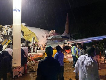 Al menos 10 muertos al salirse de pista un avión al aterriza
