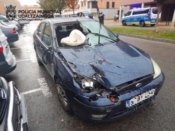 Choca contra tres vehículos aparcados en Buztintxuri