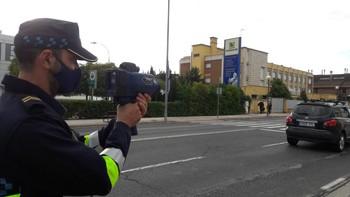 Un agente de Policía Local, con un radar móvil en la avenida Madrid, en una imagen de archivo.