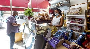 En los comercios de alimentación, considerados como esenciales, notan también la vuelta de los consumidores a las grandes superficies.