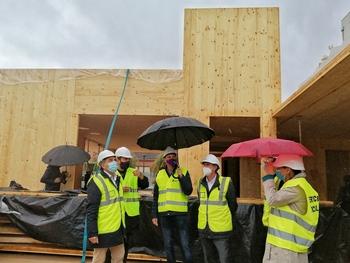 Un momento de la visita del alcalde y la concejala de Servicios Sociales bajo una intensa lluvia.