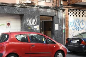 Portal de la calle Obispo Almarcha de León donde una mujer de mediana edad ha sido asesinada por arma blanca.