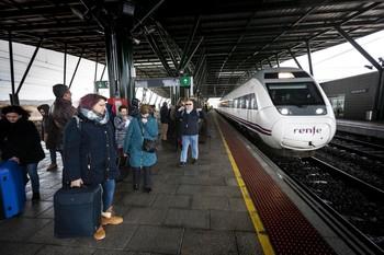 Imagen del año pasado de viajeros esperando la llegada del tren en la estación de Burgos.