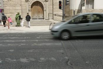 Coche circulando a gran velocidad por la calle Madre de Dios.