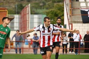 Imanol Etxeberria festeja un gol en La Molineta.