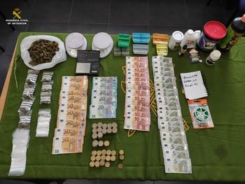 Droga, dinero y utensilios decomisados por la Guardia Civil de Quintanar del Rey.