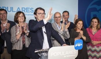 Fernández Mañueco celebra su victoria en las primarias del PP en marzo de 2017.