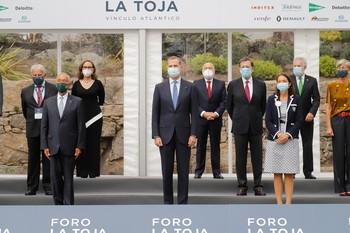 El Rey Felipe VI (c), posa junto al presidente de la República de Portugal, Marcelo Rebelo de Sousa (a su derecha); la ministra de Industria, Reyes Maroto (a su izquierda); entre otras personalidades