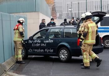 Un coche se estrella contra la puerta de la Cancillería en Berlín