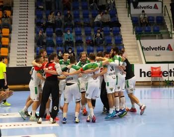 Los jugadores de Helvetia Anaitasuna celebran la victoria en la pista