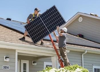 El autoconsumo solar reduce la factura de la luz a la mitad