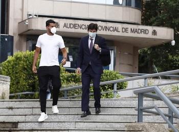 El futbolista Madrid Diego Costa (i), junto a su abogado Carlos Sáinz, a su salida este jueves de la Audiencia Provincial de Madrid