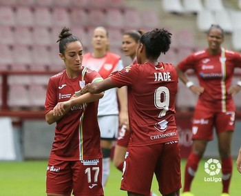 Chini y Jade Boho se intercambian el brazalete de capitán. Ambas seguirán en el EDF la próxima temporada.