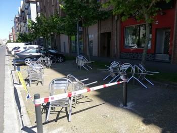 Terraza ampliada a la zona de aparcamiento en la calle Estambrera.