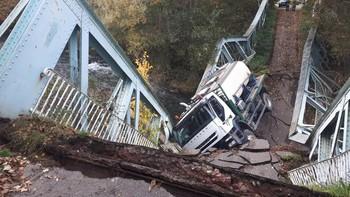 El camión, en el puente derruido.