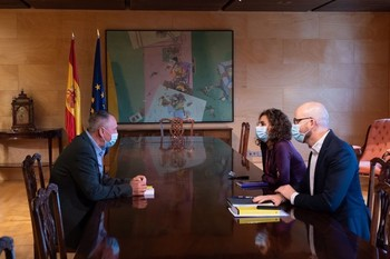 El diputado de Compromís en el Congreso, Joan Baldoví, reunido con la ministra de Hacienda, María Jesús Montero, y el secretario de Estado de Derechos Sociales, Nacho Álvarez.