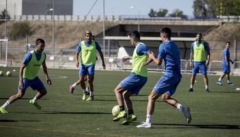 Barbero conduce el balón durante un entrenamiento ante la oposición de varios compañeros