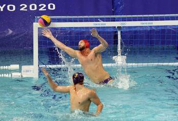 España se aferra a la defensa para derrotar a Montenegro