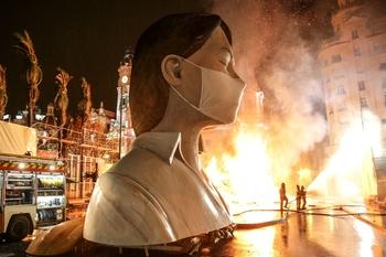 Imagen de la 'cremá' del 2020, en la que la figura principal de la falla valenciana incorporó una mascarilla.