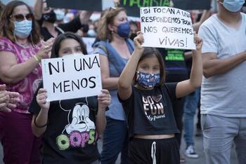 Dos niñas participan en una concentración feminista en la Plaza de la Candelaria en repulsa por