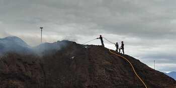 Apagan tras 80 horas un incendio de pilas de biomasa en León
