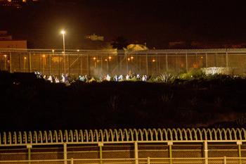 Casi 240 inmigrantes entran a Melilla saltando la valla