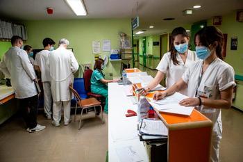 Estudiantes de Medicina con su adjunto, al fondo, y de Enfermería a la derecha, durante un rotatorio en el Hospital.