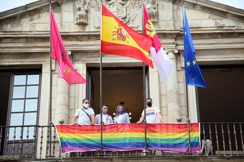 Tolón participa en la colocación de la bandera LGTBI+