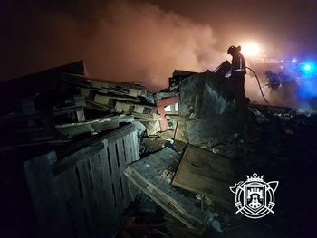 Los bomberos tardaron alrededor de dos horas en sofocar el incendio.