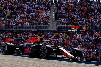 Verstappen gana a Hamilton con un 'undercut'