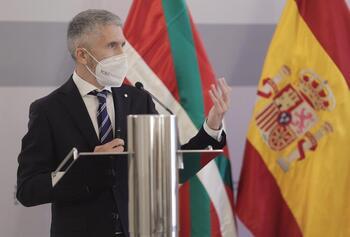 El ministro de Interior, Fernando Grande-Marlaska, en la rueda de prensa tras la reunión de la Junta de Seguridad del País Vasco celebrada el 18 de junio