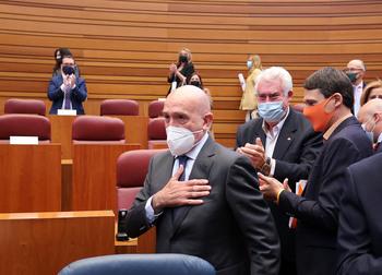 Las Cortes reciben en pie a Carnero en su regreso al Pleno