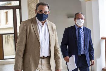 El consejero de Sanidad, Jesús Fernández Sanz, y el de Hacienda, Juan Alfonso Ruiz Molina.