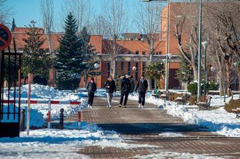 Imagen de archivo de varios alumnos a su regreso a las aulas en el campus tras el temporal.