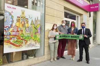 Responsables de Soliss y Albacete Basket, tras la firma del convenio.