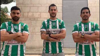 Kike Domínguez, Antonio Megías y el tobarreño Ramón Blázquez, con la camiseta del CD Quintanar.
