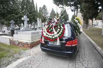 Imagen de un coche fúnebre por el cementerio de la capital conquense.