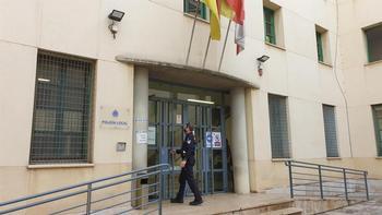 Un policía entra en la Comisaría de Policía Local, en una imagen de archivo.