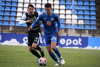Juanfri, centrocampista del Calvo Sotelo, conduce el balón en el encuentro ante el Manchego.