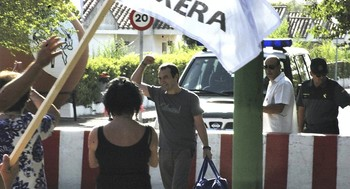 Uno de los etarras encarcelado en Herrera saliendo del penal.