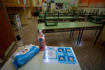 Imagen de archivo de un aula de un colegio con geles hidroalcohólicos para los alumnos.