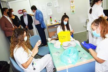 Adolfo Muñiz visitó el Hospital Santa Bárbara para ver el proceso de vacunación