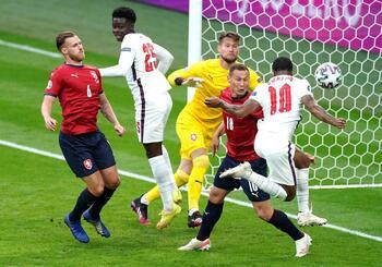 Inglaterra no especula y se lleva la primera plaza