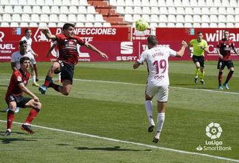 El colista Albacete despierta al Mirandés del sueño del play off con un gol de Ortuño (imagen).