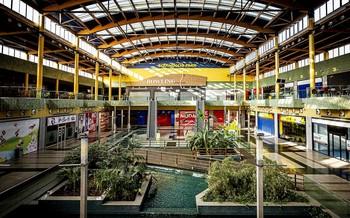La mayoría de los locales del centro comercial están cerrados y ya resulta muy complicado ver a gente por sus pasillos.