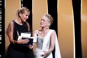 Julia Ducournau recibe la Palma de Oro de Cannes por 'Titane'