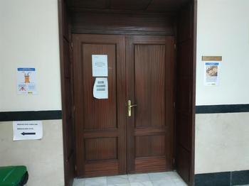 Puerta de la sala de vistas de la Audiencia de Valladolid.