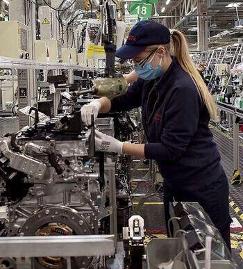 El BBVA enfría la euforia y rebaja el crecimiento al 5,2%