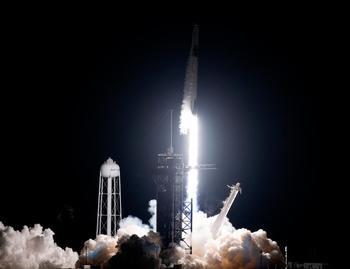 SpaceX lanza 143 satélites a la vez... y hasta cenizas humanas