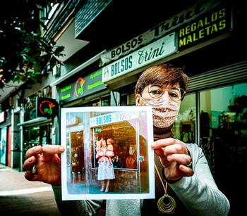 Beatriz Blanco, en Bolsos Trini, con su letrero que lleva 51 años en la avenida de Segovia.